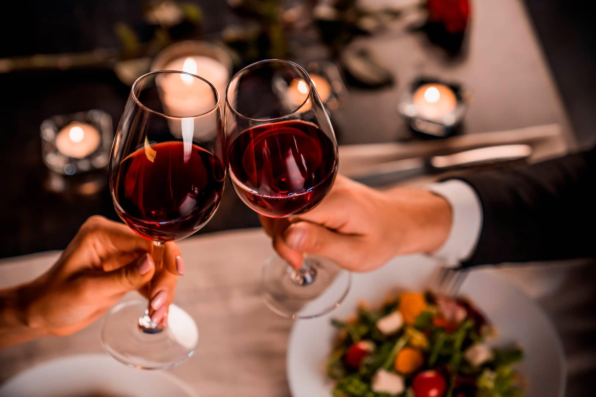 Skåler i vin med stearinlys